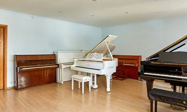 В Белоруссии продается четырехкомнатная квартира с 11 пианино