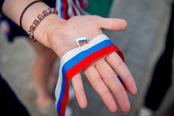 Тысячи ленточек триколора раздали жителям Ростова-на-Дону в День флага