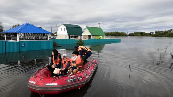 В Хабаровском крае школьников доставляли к школам на лодках
