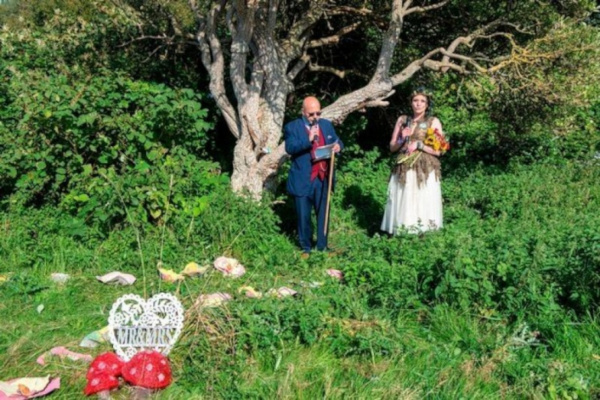 Жительница Британии вышла замуж за дерево, чтобы спасти парк