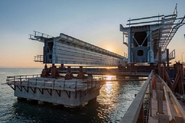 Уложен первый километр железнодорожных путей по Крымскому мосту со стороны Керчи