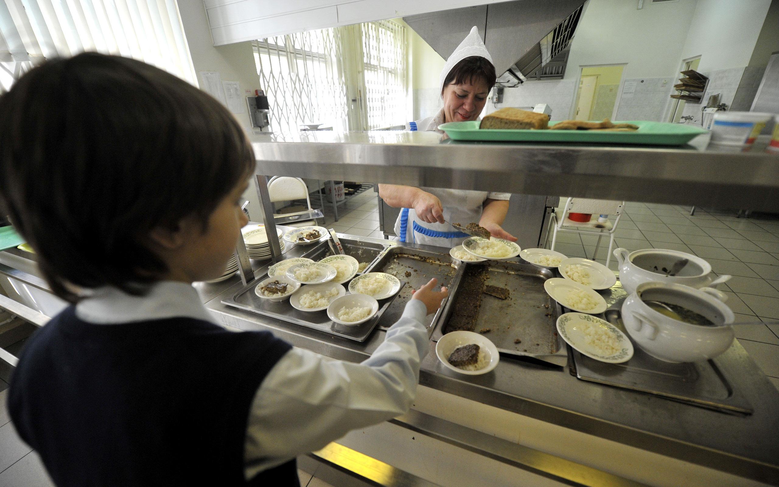 Школа № 362 в Петербурге столкнулась с жалобами родителей на питание и работу директора