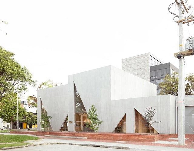 Игра треугольников  и круглых форм на фасаде ресторана Masa в Колумбии