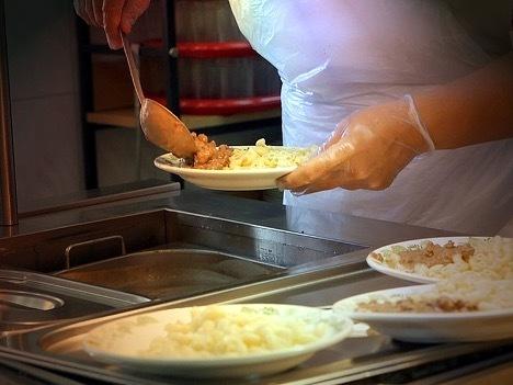 Нарушения в организации питания выявлены в 24 тысячах школьных столовых РФ