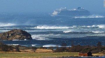 Норвежский круизный лайнер эвакуируют после проблем с двигателем
