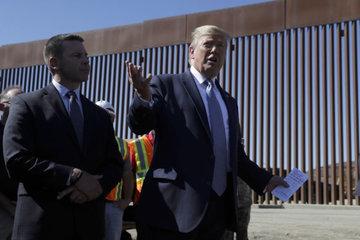 Скалолазы не смогли перебраться через стену на границе с Мексикой