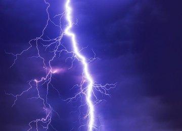 Двоих мужчин доставили в больницу после удара молнии в Москве